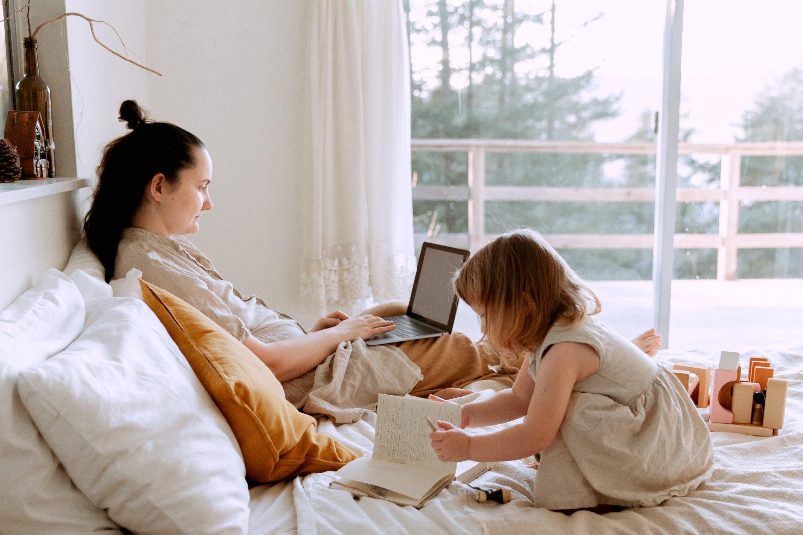 Pracująca mama na home offcie. Macierzyńtswo a praca