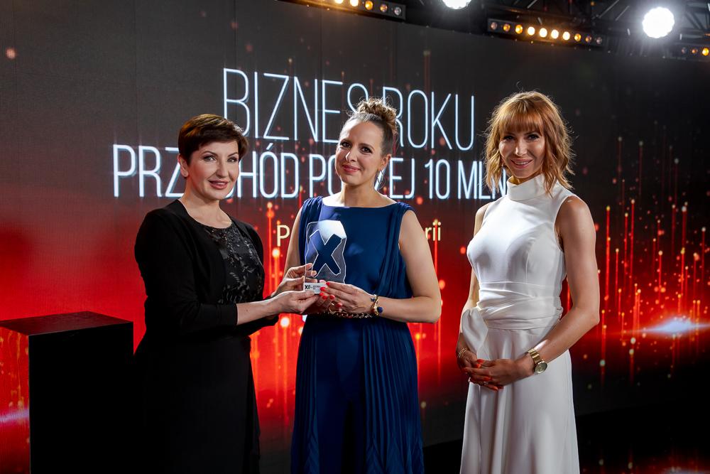 Aneta Gasparska (DPD Polska) wręcza statuetkę Bizneswoman Roku 2020 założycielkom marki Mokosh