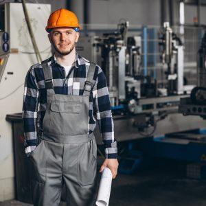 """Rekrutacja pracowników fizycznych w Polsce nabiera na sile. W pierwszych dziewięciu miesiącach 2021 do fachowców kierowano na Pracuj.pl 84 tysiące ofert zatrudnienia. Jak w tych okolicznościach odnajdują się sami pracownicy fizyczni Według raportu """"Fachowcy o lepszej pracy"""" blisko 4 na 10 z nich szuka nowego pracodawcy, choć połowa pracuje dla obecnego ponad 3 lata. Jeszcze większą rolę niż kilka miesięcy temu odgrywa przy wyborze pracy wynagrodzenie – choć to nie jedyna popularna przyczyna zmiany."""