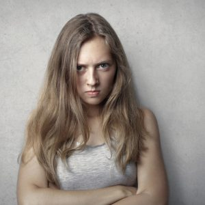 Młoda dziewczyna pokazuje swoją złość