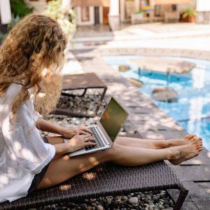 Jak przygotować się na wakacje bez laptopa służbowego?